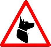 Warnen Sie Gefahr, der Bereich wird geschützt durch die Hunde, die rotes dreieckiges Verkehrsschild warnen Stockfotografie