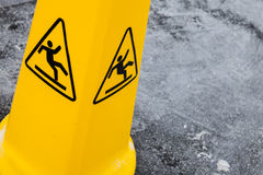Warnen Sie nassen Boden, gelbes Warnzeichen auf Asphalt Stockbilder