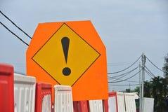 Warnen Sie unterzeichnen herein Dreieckbrett mit Ausrufezeichen an der Baustelle Stockbilder