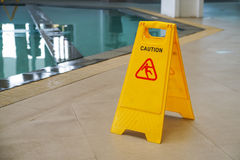 Warnen Sie Warnzeichen des nassen Bodens auf gelbem Plastikbrett Stockfotos