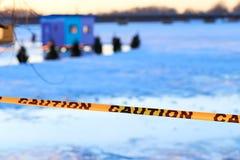Warnen Sie Zeichen des dünnen Eises im Fischerdorf Lizenzfreie Stockfotografie