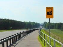 Warnende Fahrer, die Geschwindigkeit messen stockfoto