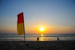 Warnende Flagge auf dem Strand Stockbilder