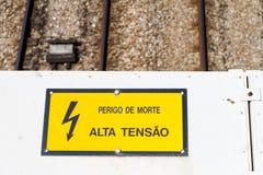 Warnende Hochspannungs unterzeichnen herein Portugal Lizenzfreies Stockbild