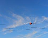 Warnende Markierung der Flugzeuge auf Stromleitungen Stockfotografie