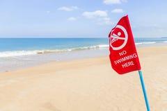 Warnende rote Fahne kein Schwimmenwarnschild auf dem tropischen Strand Lizenzfreie Stockfotos