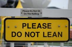 Warnende Signages schraubten auf ein Metallsicherheitsgeländer Lizenzfreie Stockfotografie