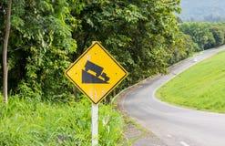 Warnende steile Verkehrsschildsteigung Lizenzfreie Stockfotos