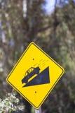 Warnende steile Verkehrsschildsteigung und -auto auf Hügel, Argentinien Stockfotografie