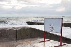 Warnende Tablette auf der Ufergegend im Sturm Stockbilder