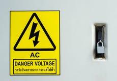 Warnende Wegweiserhochspannung zur Gefahr es Schutz durch Verschluss stockfotografie