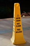 Warnender Kegel des gelben nassen Bodens Stockbild