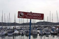 Warnender Standort mit dem Verbot zur Fischerei Stockfotografie