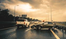 Warnendes Dreieck und Treiber in einer reflektierenden Sicherheit bekleiden nahe dem unterbrochenen Auto Stockfotos