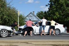 Warnendes Dreieck und Treiber in einer reflektierenden Sicherheit bekleiden nahe dem unterbrochenen Auto lizenzfreies stockfoto