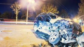 Warnendes Dreieck und Treiber in einer reflektierenden Sicherheit bekleiden nahe dem unterbrochenen Auto Zerschmettertes Auto auf stock video footage