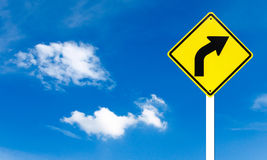 Warnendes Kurverecht-Verkehrszeichen Stockfotos