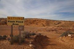 Warnendes Zeichen der flutartigen Überschwemmung Lizenzfreies Stockfoto