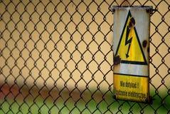 WARNING! Hochspannungszeichen Stockfotos