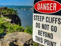 Warnschild über den Palisaden lizenzfreies stockfoto