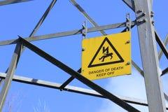 Warnschild auf einem Mast. Stockbilder