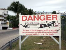 Warnschild bei Maho Beach, Sint Maarten Lizenzfreie Stockfotografie