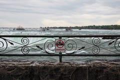 Warnschild bei Niagara Falls stockfoto