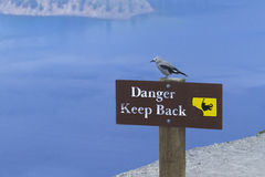 Warnschild im Crater See-Nationalpark Stockbild