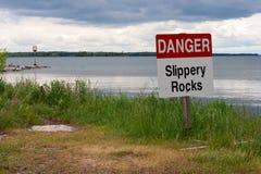 Warnschild im Gras auf Lakeshore Lizenzfreies Stockbild