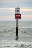 Warnschild im Ozean Stockfotos