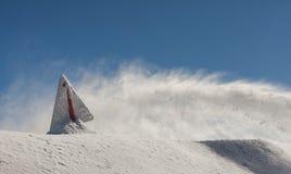 Warnschild, umfasst mit Schnee, am sonnigen Tag, auf Rose Peak-Berg Stockfotos