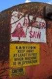 Warnschilder auf Klotz-Abkürzung Slasher sahen Stockfoto