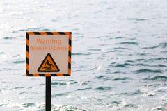 Warnschilder der Warnung passen glattes im Küstenbereich auf Lizenzfreie Stockfotografie