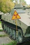 Warnschildstrahlung auf dem Hintergrund vom verlassenen militar Lizenzfreie Stockfotografie