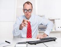 Warnung: Geschäftsmann mit einer roten Bindung, die mit seinem Index finge darstellt Stockbilder