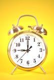 Warnung mit 9 Uhr auf Gelb Lizenzfreies Stockfoto