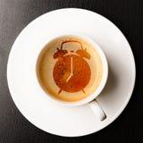 Warnung auf Schale frischem Espresso Stockfotos
