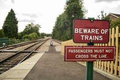 Warnzeichen auf Bahnstation Stockfoto