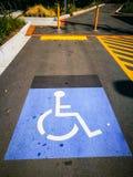 Warnzeichen auf dem Parkplatz für Handikap-zugängliche Parkplätze brauchte lizenzfreie stockfotografie