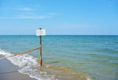 Warnzeichen auf dem Strand des Naturreservats am Mund des Flusses Bevano Lizenzfreies Stockfoto