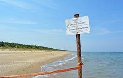 Warnzeichen auf dem Strand des Naturreservats am Mund des Flusses Bevano Stockfoto