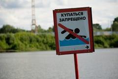 Warnzeichen auf dem Ufer Stockbild