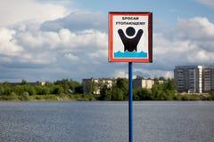 Warnzeichen auf dem Ufer Lizenzfreie Stockbilder