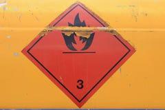 Warnzeichen auf Fahrzeug mit Behälter für brennbare Flüssigkeit Lizenzfreie Stockbilder