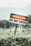 Warnzeichen, das Gefahr zeigt Stockbild