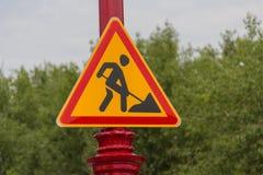 Warnzeichen der Arbeiten voran Stockfotografie
