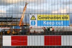 Warnzeichen der Baustelle, das Leute anweist, abzuhalten Lizenzfreie Stockfotografie