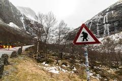 Warnzeichen der lustigen Schleppangel an der Straße zu Trollstigen, Norwegen Lizenzfreies Stockfoto