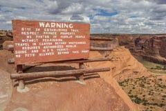 Warnzeichen an der weißen Hausspur in Canyon de Chelly lizenzfreies stockfoto