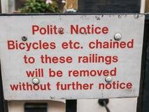 Warnzeichen des Fahrrades auf London-Geländer Stockfotos